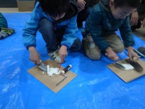 午前中のワークショップでは、子どもたちが漆喰を使った工作をしました。