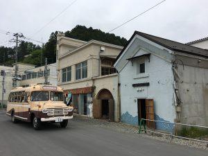 千田家の前を走るレトロバス