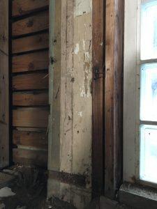 壁解体で出てきた柱のペンキ塗装